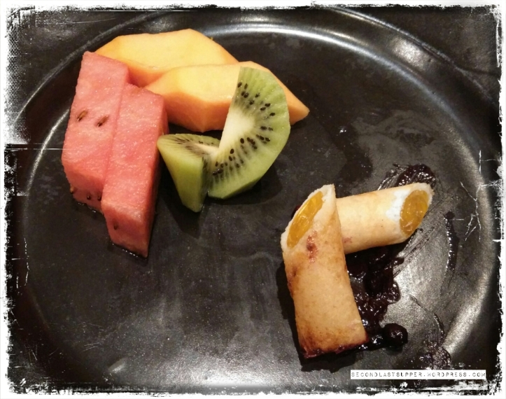 Mango Spring roll with fresh fruits and rubbed blueberry