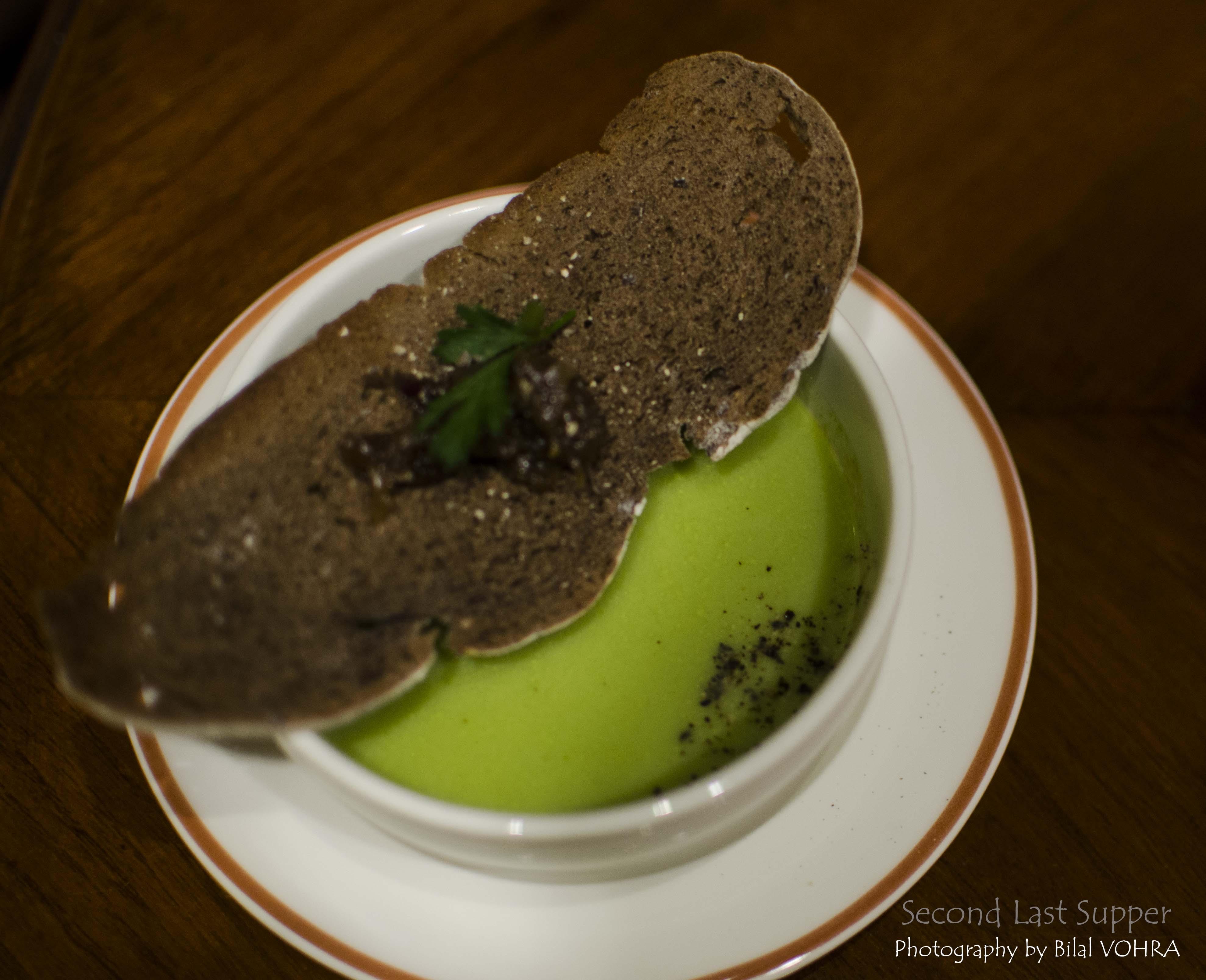 Velutata tiepida di asparagi, cipolla caramellata pane rye croccante (wam asparagus veloute, caramelized onion)